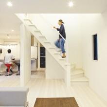 室内は白を基調にシンプルな仕上がり。リビングにはT様希望のストリップ階段を採用。