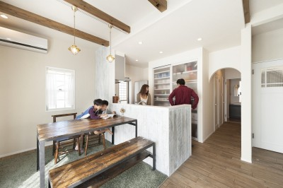 キッチンまわりは、古材を白くペイント。サンドペーパーで使い込んだような風合いを出すなど、施主の希望を叶えるために手間のかかる施工も惜しまず対応しました。