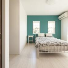 真っ白な空間に映えるグリーンの壁はペンキ塗り仕上げ。フレンチ薫る寝室が誕生しました。