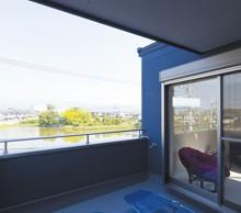 3階には広々とした屋根付きバルコニーを弊社が提案。景色も風も心地よいスペースに。