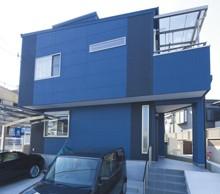 外壁は、たくさんのサンプルから検討し、目を引くブルーに決定