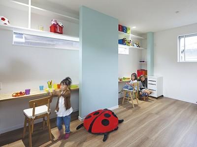 子ども部屋は、パステルカラーの壁で可愛らしさをプラス。白い壁とブルーの壁の間に造作のカウンターと収納棚を設けることで、室内がすっきりとした印象になっている。