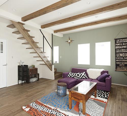 アンティーク調の家具がしっくりと馴染むリビングの床は、たくさんのサンプルの中からナラ材を選んだ。珪藻土の塗壁材を用いた壁は、陰影が出る塗り方で趣を醸し出している。