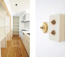 キッチンスペースは使い勝手を考え 造作棚で作成しています。アンティー スイッチはレトロ風の物をセレクト。