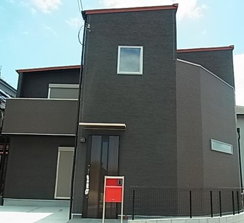 外観はブラックのサイディングでシンプルに仕上げました。軒色や破風板の形にもこだわり、赤色のポストもアクセントになっています。