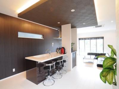 4方に配置したキッチン上部の間接照明は細かく打ち合わせを重ね設計。間接照明はリラックス効果もある淡い色を選びました。