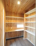 木目の壁がログハウスの様な雰囲気がGOOD。