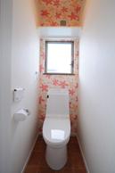 2Fトイレはクロスで楽しく アクセントしました。