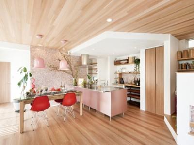 大人可愛いがテーマのモデルハウス。MIXPINKのモザイクタイルとTOYO Kitchenが絶妙にいい感じです。天井はレッドシダーで木の香りと温もりを。壁は漆喰モコモコ仕上げになりました。