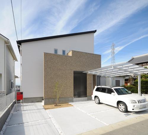 玄関が道路から見えない様に壁を設置。アクセント格子と吹抜で明るさと通風を確保。太陽光6kwとエネファームのW発電、省エネ住宅です。