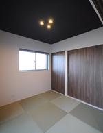 リビング横の和室はモダンな感じに。黒の天井と建具がいい感じです。