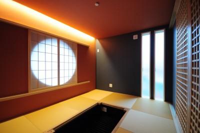 伝統的な和をモダンにアレンジした和室。丸窓に木格子が美しい。中央の掘りごたつは無垢の一枚板で造作予定。