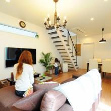 LDKに浮かぶストリップ階段で抜け感のある空間に。TV上部には明かり採りの窓を設置