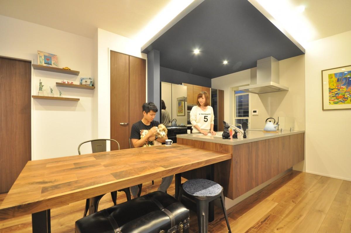 ペニンシュラ型のキッチン隣接したダイニングスペースは、配膳や後片付けがしやすく便利。家族との会話やホームパーティーも楽しめる空間設計。