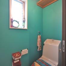 エメラルドグリーンの壁と赤い天井はペンキ仕上げで質感を重視。