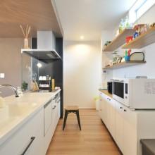 お気に入りの雑貨をたくさん飾りたいから、キッチンはシンプルなホワイトをチョイス。