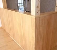 キッチンカウンター下も無垢材を採用。木の質感が温もりを演出しています。