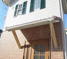玄関ポーチの屋根は木材を支えに加工することでナチュラルなテイストに仕上がりました。