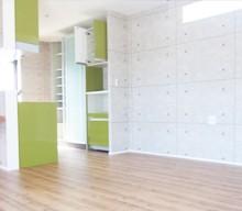 キッチンと食器棚は、抹茶色でおそろいです。たっぷり収納もあり、使い勝手の良いキッチンです。