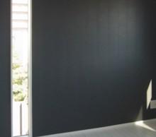 寝室の縦スリット窓。プライバシーも気にならないよう窓の位置、サイズをいろいろ提案してくれました。