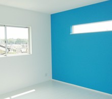 子供部屋は、一面だけチョークボードに。ブルー、グリーン、オレンジと各部屋を色ちがいにしました。
