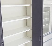 キッチン背面にたっぷり収納できるパントリースペース。食器棚もキッチンとおそろいです。