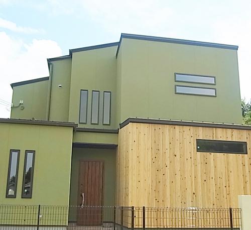 和風の家を建てたい!!とずっとあこがれていたので、外観は理想通りになりました。抹茶色の吹付と杉板でアクセントしてもらい、屋根はガルバ素材で少しモダンにしてもらいました。