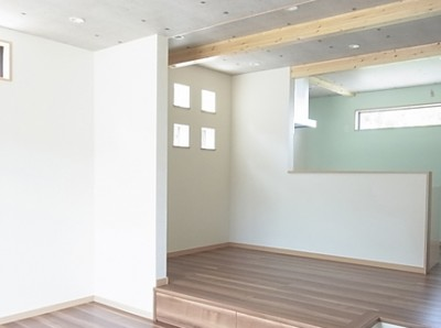 リビングは一段上げてもらい、ダイニングと独立できるように設計。1日中、明るい家ですごく落ち着きます。設計士さんと何度も打ち合わせでき、いろんな提案をしてもらったので、最高のリビングができました。
