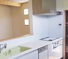 キッチンは、Takara仕様です。たくさんの仕様があって、いろいろ悩んでたのですが、シンクのライム色が気にいり、このキッチンにしました。収納もたっぷりあるので片付けが楽です。