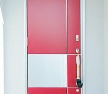 赤の玄関扉。ショールームで一目ぼれしたドアを無理言っていれてもらいました。ポストも赤で合わせました。