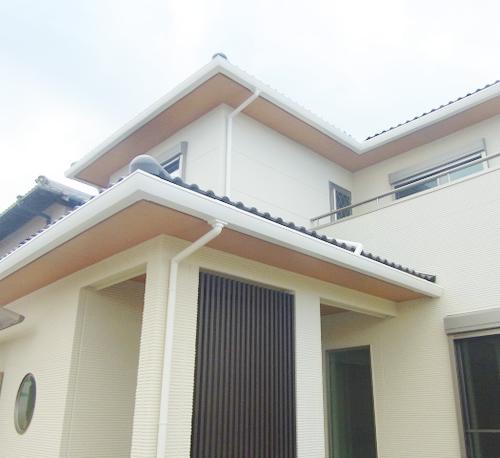 和風の外観がお気に入り。屋根瓦に寄棟で軒出も大きく取り、どっしりとした家構えになりました。破風板も木目でアクセント。