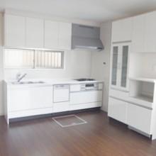 キッチンは使い慣れている壁づけに。食器棚も白で統一しました。家族だんらんのダイニングスペースです。