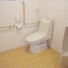トイレスペースも広く。玄関からトイレ、リビング導線に手すりも設置。不自由なく快適に暮らせます。