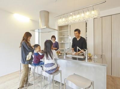 家族が集い語らえるようアイランドキッチンを採用。使い勝手の良い3Dシンクも採用。背面収納は全て造作で仕上げました。