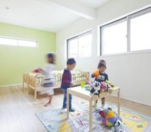 2階子供部屋は子供の成長に合わせて10帖→5帖に区切れるように。部屋の広さが替えれるフレキシブルな空間です。