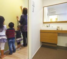 キッチン横のチョークボードは伝言板、子供のお絵かきスペース。洗面は収納たっぷりで化粧ドレッサーとしても大活躍。