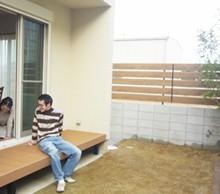 裏庭は植栽と芝生でグリーンあふれるガーデンスペースになりました。リビングからの広縁デッキが気持ちの良い空間になりました。