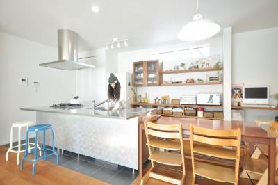 採用したキッチンは、立体構造のシンクにより作業スペースが拡大され、効率UPで大満足。子どもたち(3姉妹)と楽しく料理やお菓子作りをするのが楽しみ。
