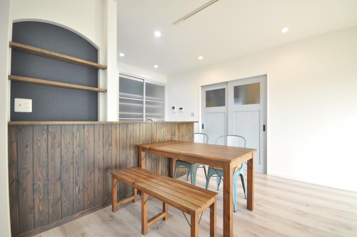 キッチンはスギ板を貼り、木目を強調させる塗装仕上げ。リビング全体はナチュラルテイストに仕上げ、家具との相性も良い。