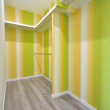 寝室のウォークインクローゼットは大容量で使い勝手の良いスペース。