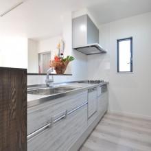 キッチンはスッキリ、シンプルだがカジュアル感のあるデザインをチョイス。清潔感のある使い勝手の良いスペースに。