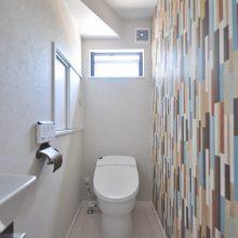 トイレはクロスを一面だけ替え、アンティークなペーパーホルダーでカジュアル空間にコーディネート。