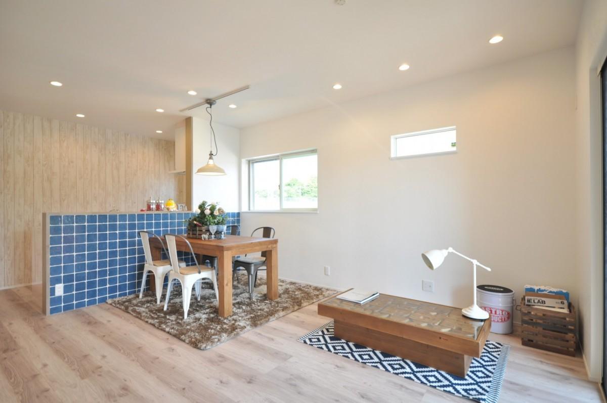 インディゴブルーのキッチンタイルに白木の床材などナチュラルテイストで統一されたLDKはアンティークの照明や家具との相性が良く、カジュアルで楽しい空間に仕上がった