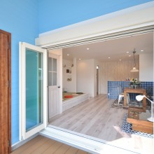 ウッドデッキを中心に玄関ドアとオープンウィンが繋がる設計は開放的なアメリカンリゾート気分