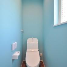 1Fトイレは外観同様にサックスブルーで仕上げ、爽やかで明るい印象に