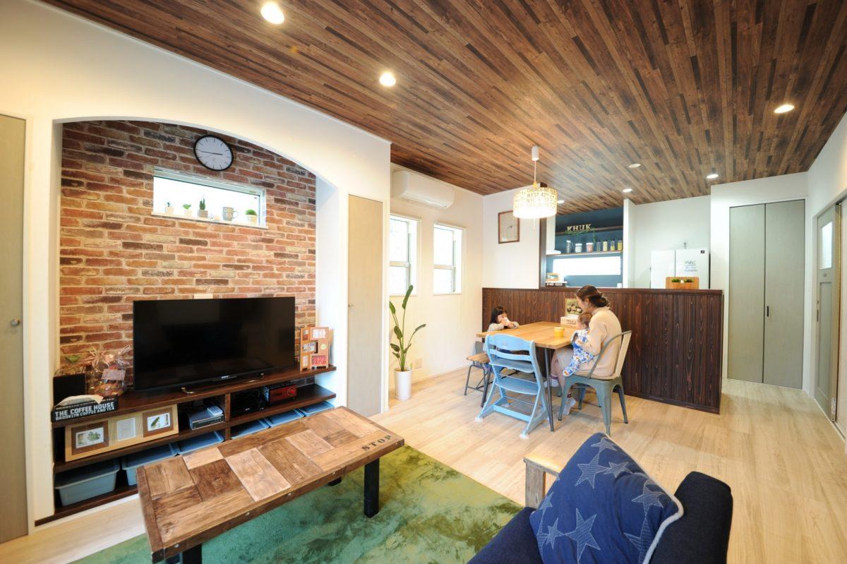 リビングの床・天井・建具は木調素材で統一。リビングと外壁の塗り壁はペンキ屋である奥さまのお父様が施工するなど、家族の想いがたくさん詰まっている。