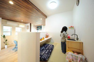 2階へ繋がる小上がりのタタミコーナーは長女の遊び場として活躍。キッチンに立ちながらも気配を感じることができる設計は奥さまも大満足。