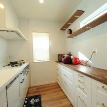 キッチンのバックセットは奥さまこだわりの家具をチョイス。ナチュラルウッディの可愛らしい雰囲気に。