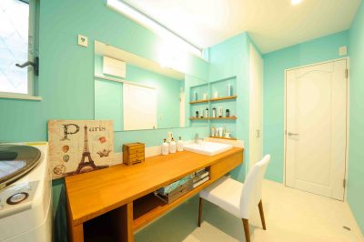 可愛さだけでなく、広々使うことができる機能性もバツグンの洗面化粧台。こちらも大工さんによる造作仕上げ。