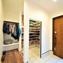 コートなどのかさばるアウターも収納できるシューズクローゼットは、大容量でいつもスッキリ。来客時に仕切られる2way玄関は使い勝手バツグン。